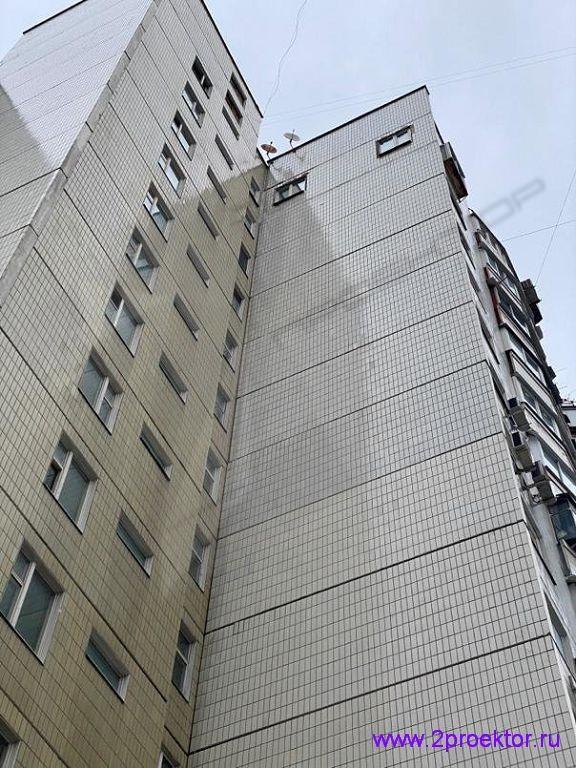 Незаконное устройство двух окон на боковом фасаде жилого дома.