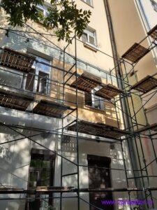 Судебные приставы заставили жителя Тверского района демонтировать незаконный балкон (рис. 1)
