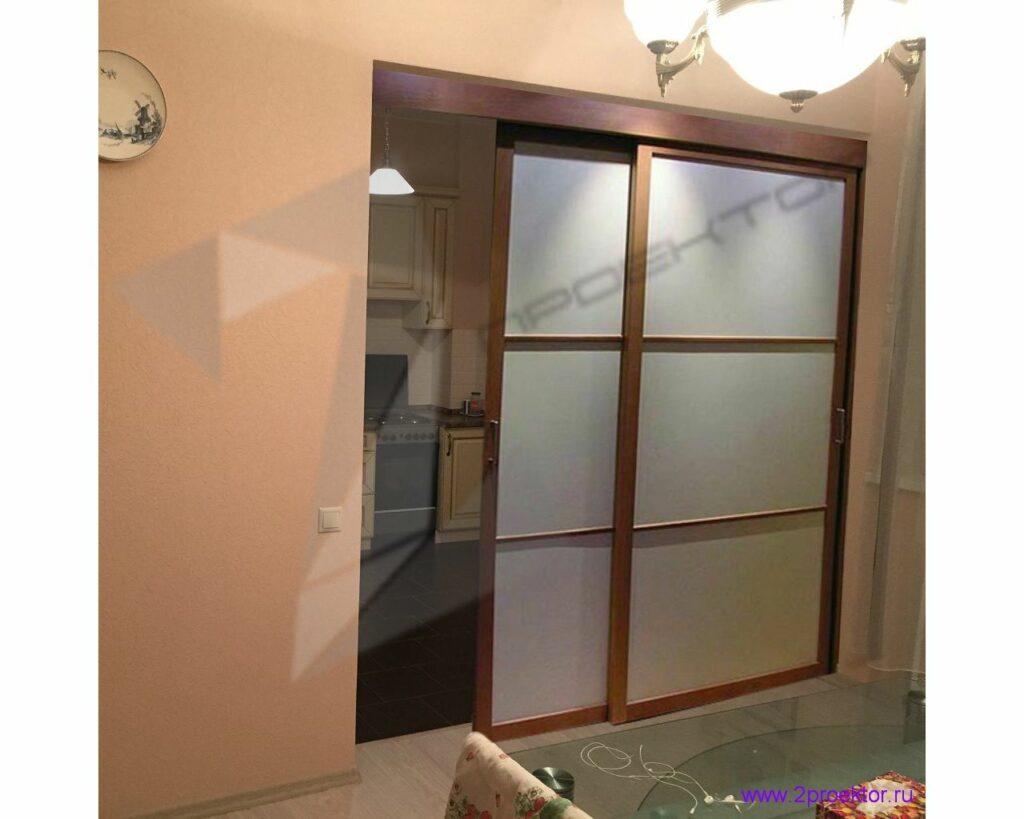 Газифицированную кухню отделяет от гостиной раздвижная перегородка