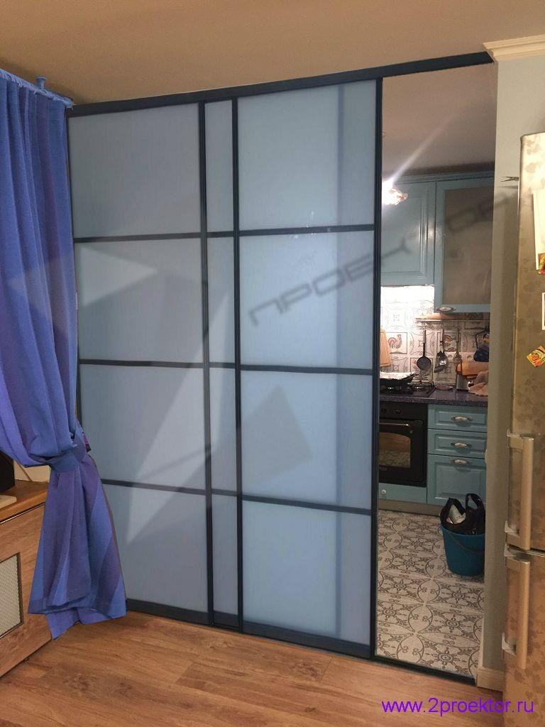 Раздвижная перегородка с плотным притвором отделяет кухню с газовой плитой от гостиной